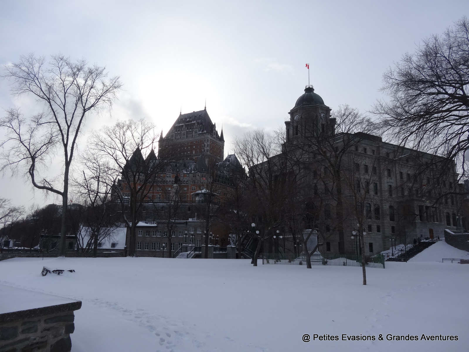 Le château de Frontenac et l'édifice Louis-S.-St-Laurent depuis le Montmorency Park National Historic Site