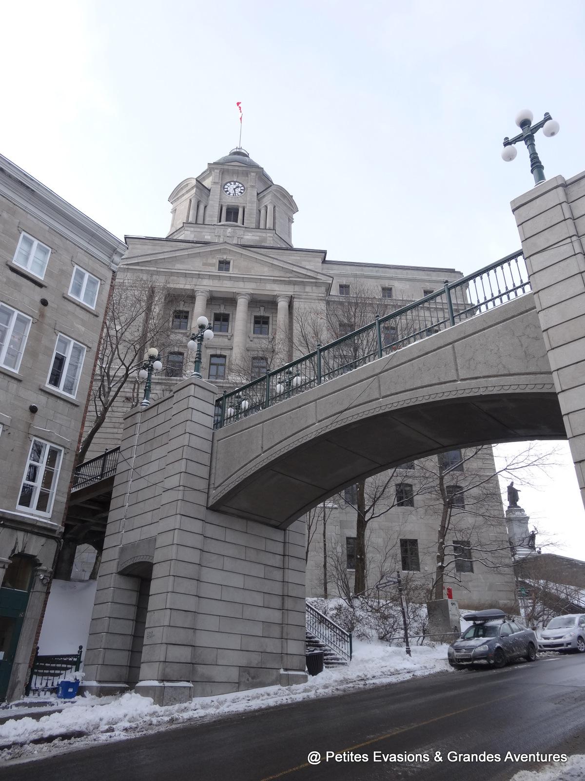 La Porte Prescott et l'édifice Louis S. St-Laurent