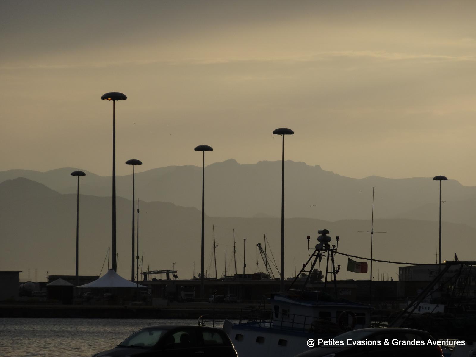 Vue sur le port de Cagliari et les montagnes en arrière plan