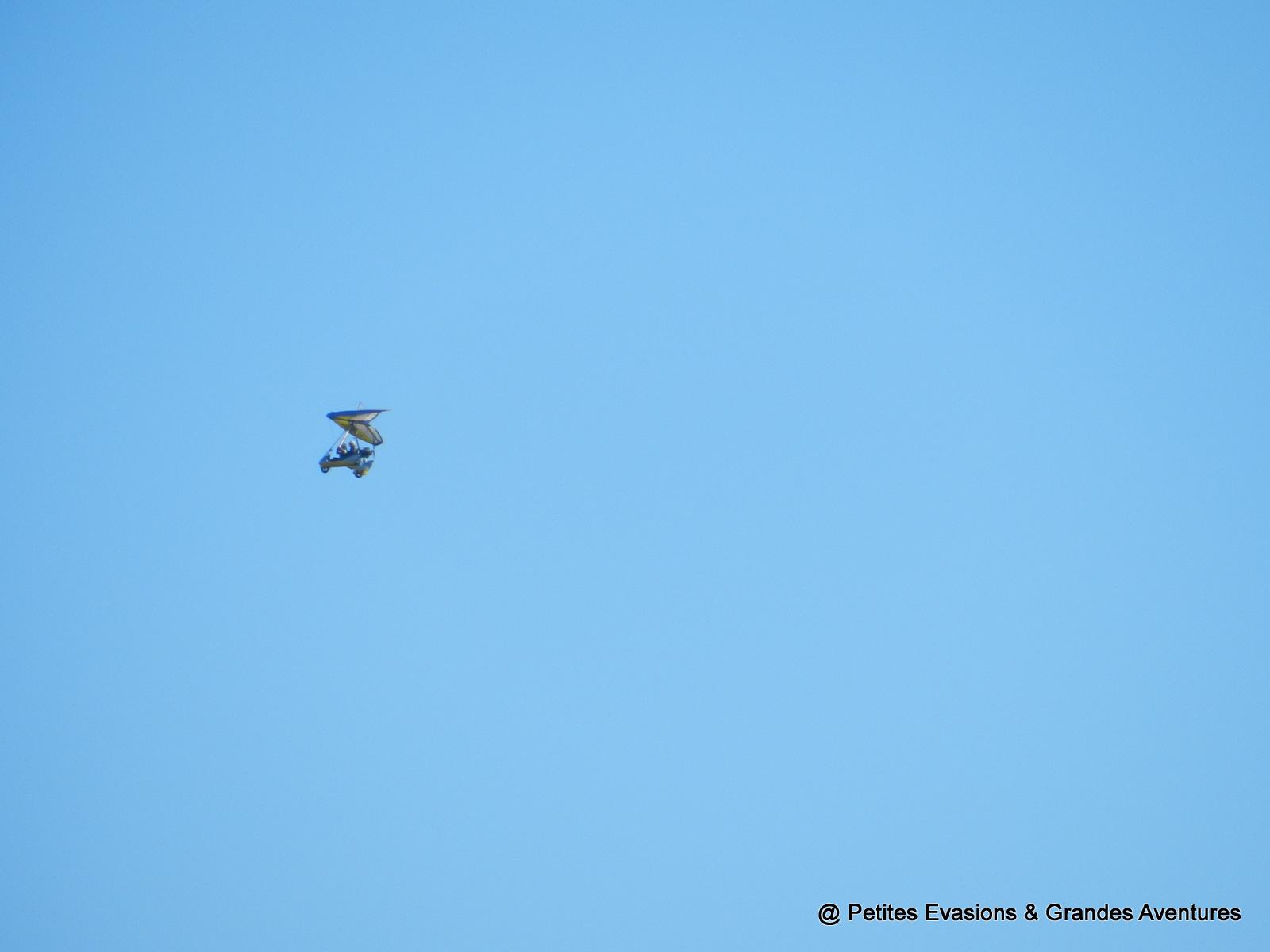 Deltaplane à moteur dans le ciel
