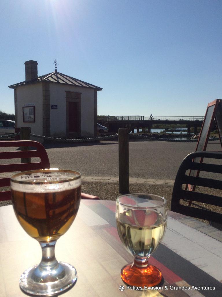 Verre de bière et de vin sur une table de café
