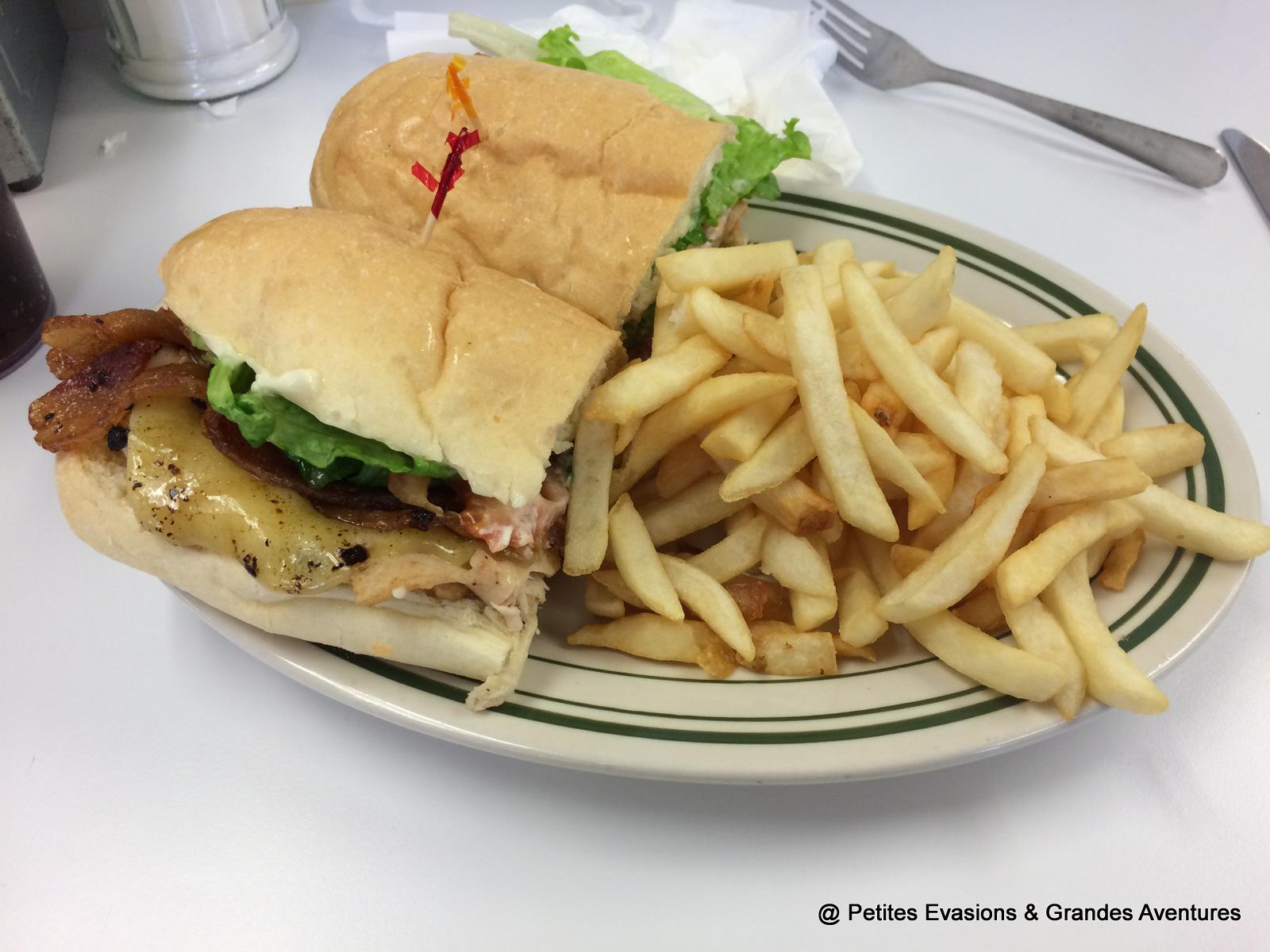 Un sandwich avec des frites