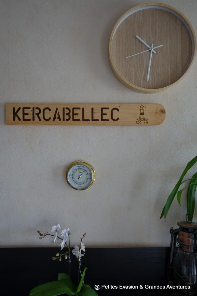 Mur avec une horloge, un panneau et un baromètre