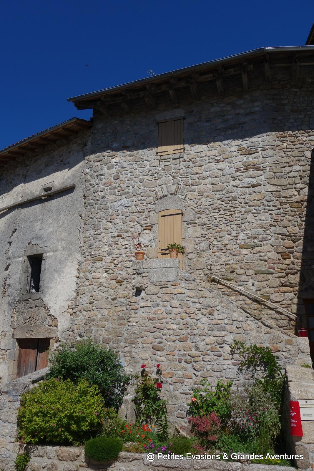 Maison en pierre à Marcolès dans le Cantal