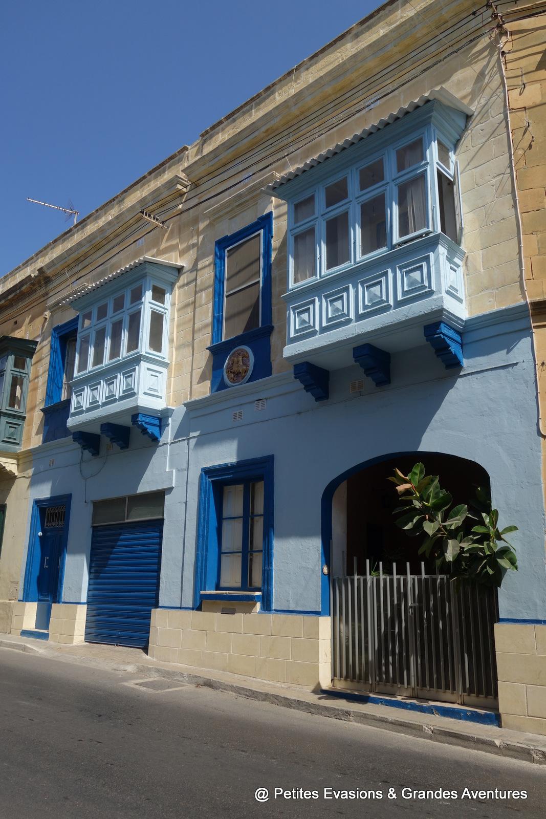 Bow-window et façade colorées à Victoria (Gozo)