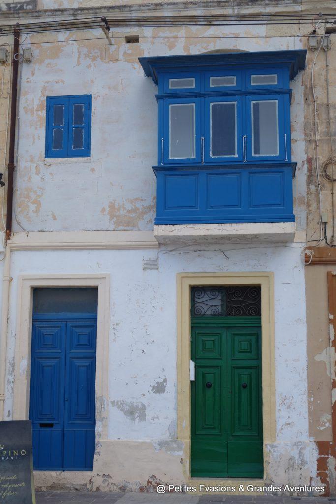 Bow-window et portes colorées à Marsaxlokk (Malte)