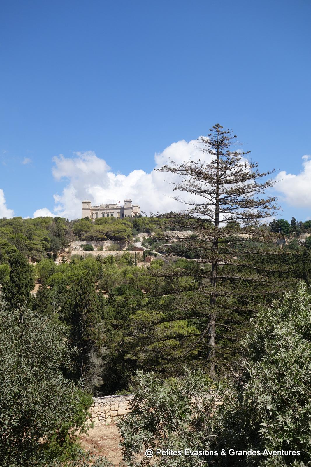 Buskett Gardens, avec vue sur le Palais Verdala (Malte)