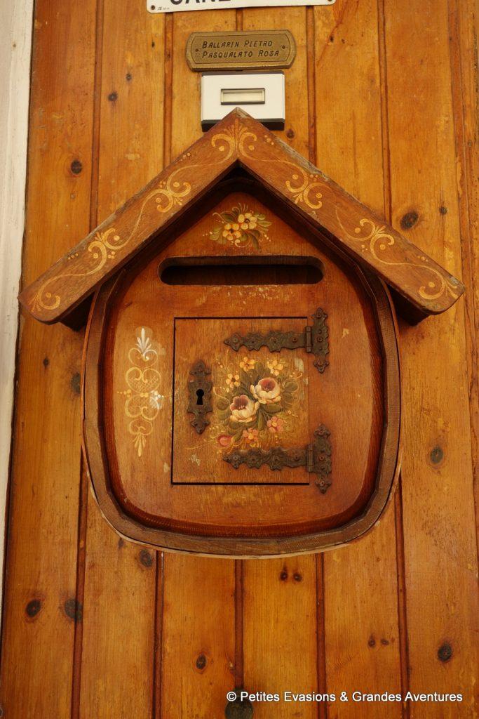 Boîte aux lettres vénitienne en bois