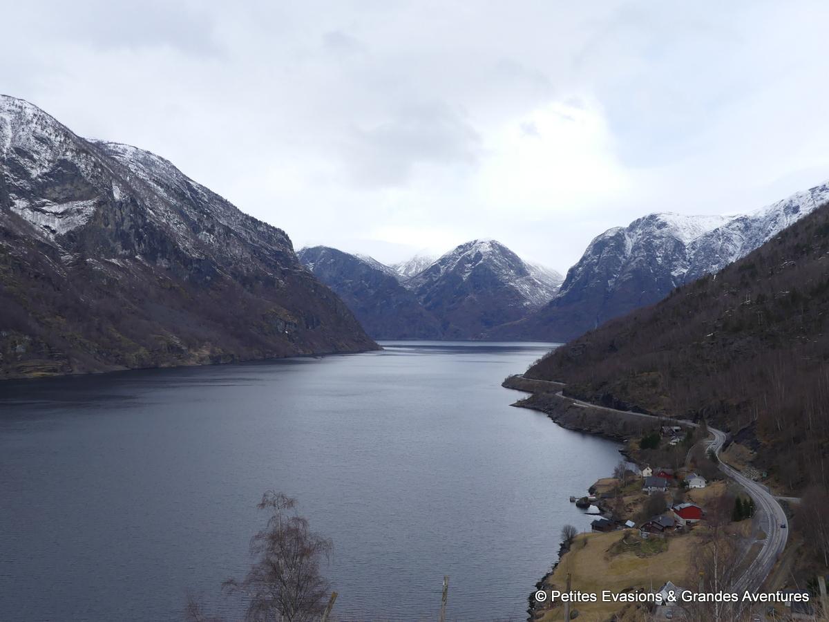 La route qui serpente le long de l'Aurlandsfjord