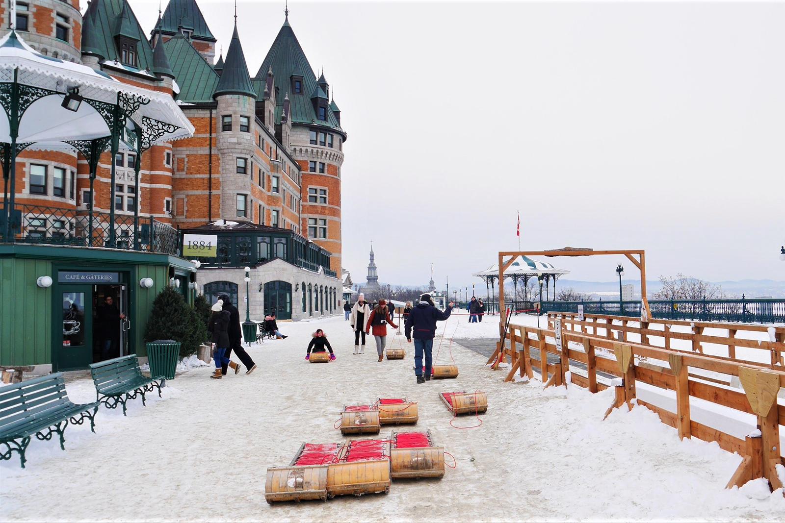Vue sur le Château de Frontenac depuis la Terrasse Dufferin Québec hiver